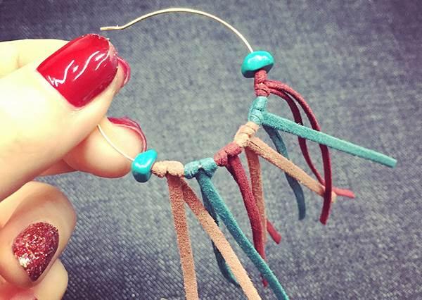 繩子穿過耳環打個結就完成的日系「麂皮流蘇耳環」!簡單6步驟讓妳新添冬季飾品