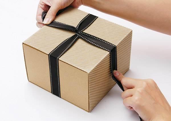 用緞帶包禮物一下就鬆掉?原來祕訣就在第3步驟,不用打兩次結也能超牢固!