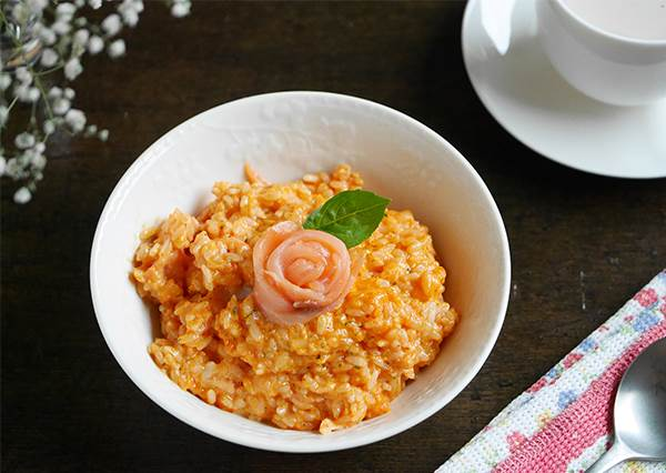 做這個給姊妹吃最有面子!簡易版「熏鮭魚薔薇燉飯」食譜,原來鮭魚這樣捲才好看?