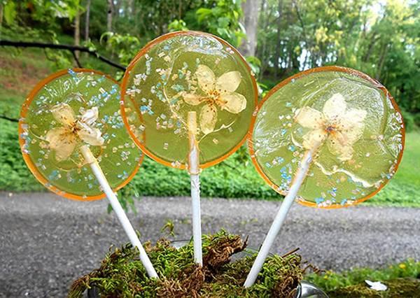 這不是冷凍花瓣?!不加色素又有花朵口味的棒棒糖好美,根本捨不得吃啊!
