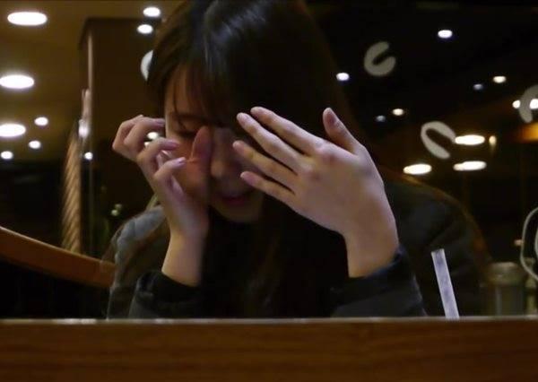 在圖書館的女孩收到紙條還以為是搭訕,裡頭寫了什麼讓她們打開第一秒就落淚!